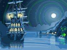 Isola notturna di avventura con il galeone del pirata ancorata Fotografia Stock Libera da Diritti