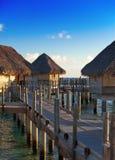 Isola in oceano, ville del overwater. Chiuda su in un giorno soleggiato Fotografia Stock