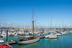 Isola Oleron in Francia con gli yacht in porto immagini stock libere da diritti
