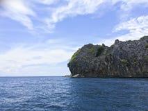 Isola piacevole della roccia di forma sul mare delle Andamane Immagine Stock