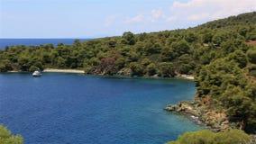 Isola pittoresca della tartaruga e della baia in mar Egeo stock footage