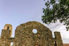 Isola Polvese: Opactwo kasztel W letnim dniu Zdjęcia Royalty Free