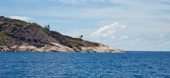 Isola rocciosa nell'oceano Fotografie Stock Libere da Diritti