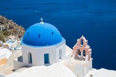 Isola Santorini, Creta, Grecia Cupola blu della chiesa ortodossa contro il cielo blu ed il mare immagini stock