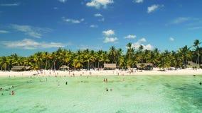 Isola Saona, paesaggio tropicale della natura La gente felice gode del mare caraibico e delle vacanze estive del turchese nella R video d archivio