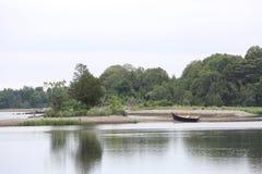 Isola segreta con la barca vuota fotografie stock libere da diritti