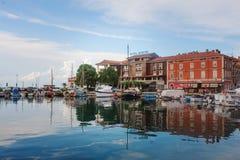 Isola, Slovenia - 10 settembre 2015: Vista del porticciolo, della città e del mare dell'hotel Immagini Stock