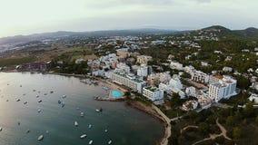 Isola splendida di Ibiza, colpo aereo della riva con i lotti delle barche vicino  archivi video