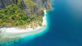 Isola strabiliante di Pinagbuyutan EL Nido, Palawan, Filippine Spiaggia sabbiosa tropicale di Paradise Ipil con turchese azzurrat archivi video