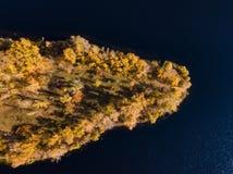 Isola sul fiume in autunno immagini stock libere da diritti