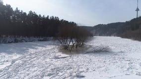 Isola sul fiume congelato, paesaggio aereo di inverno archivi video