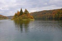 Isola sul lago di mountin in autunno fotografia stock