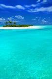 Isola tropicale con gli Palma-alberi della noce di cocco Fotografia Stock Libera da Diritti