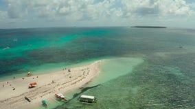Isola tropicale con la spiaggia sabbiosa Camiguin, Filippine stock footage