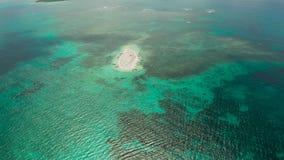 Isola tropicale con la spiaggia sabbiosa Camiguin, Filippine archivi video