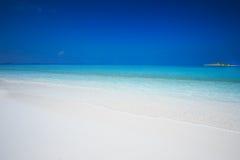 Isola tropicale con la spiaggia sabbiosa con acqua della radura del turchese nell'isola delle Maldive immagine stock libera da diritti