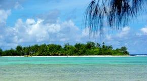 Isola tropicale di paradiso, un motu in una laguna Fotografia Stock Libera da Diritti