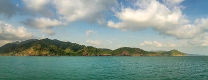 Isola tropicale disabitata nell'oceano Fotografia Stock