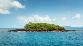 Isola tropicale disabitata nell'oceano Fotografia Stock Libera da Diritti