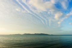 Isola tropicale ed il mare Fotografia Stock