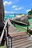 Isola tropicale, il ponte di legno ad una bella spiaggia il giorno soleggiato Immagini Stock