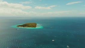 Isola tropicale nel mare aperto Isola di Sumilon, Filippine video d archivio