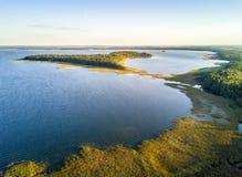 Isola ty del 'di UpaÅ dal tramonto in Mamerki, lago del distretto di Mazury, P fotografie stock
