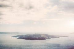 Isola vulcanica di Nea Kameni in Santorini, Grecia Fotografia Stock Libera da Diritti