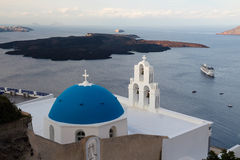 Isola vulcanica di Santorini nell'alba Fotografia Stock
