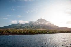 Isola vulcanica in Indonesia Fotografie Stock Libere da Diritti