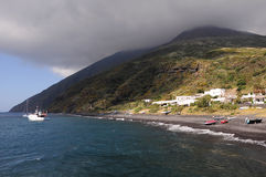 Isola vulcanica Stromboli. L'Italia. fotografie stock