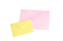 Isolado cor-de-rosa e amarelo do envelope no branco com trajeto de grampeamento Fotografia de Stock Royalty Free