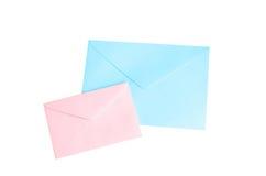Isolado cor-de-rosa e azul do envelope no branco com trajeto de grampeamento Imagens de Stock Royalty Free