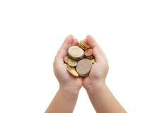 Isolado das mãos da criança que guardam moedas Imagens de Stock