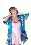Isolado de escuta da música da mulher gravida Imagens de Stock Royalty Free