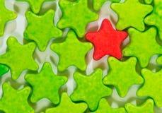 Isolado de estrelas coloridas dos doces da tabuleta do leite Fotografia de Stock Royalty Free