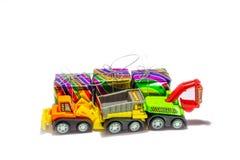 Isolado do brinquedo e da caixa de presente do caminhão no fundo branco imagens de stock