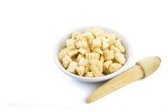 Isolado do milho de bebê Chopped em uma bacia branca pequena Foto de Stock