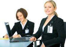 Isolado dois trabalhadores novos na tabela fotografia de stock royalty free
