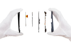 Isolado esperto dos componentes do telefone no branco com mãos de um reparador imagens de stock