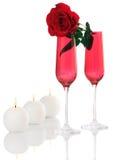Isolado; Flautas de Champagne vermelhas românticas com Rosa Foto de Stock