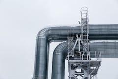 Isolado: Gasoduto enorme colocado ao longo da rua nevado em Riga, Letónia imagens de stock
