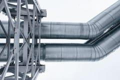 Isolado: Gasoduto enorme colocado ao longo da rua nevado em Riga, Letónia fotos de stock royalty free