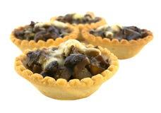 Isolado nos tartlets brancos com cogumelos e queijo Imagem de Stock Royalty Free