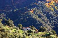 Isolado, o funcionamento shack para baixo no lado da montanha em Spain imagem de stock