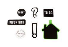 Isolado seis ímãs com as palavras-chaves diferentes, importantes, para fazer, hoje e sinal urgente no fundo branco Foto de Stock