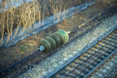 Isolador na linha de transmissão sobre a estrada de ferro Foto de Stock Royalty Free