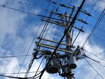 Isoladores da linha de alta tensão, conectores, transformadores e fios tangled fotografia de stock royalty free