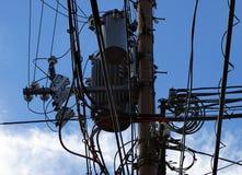 Isoladores da linha de alta tensão, conectores, transformadores e fios tangled imagem de stock