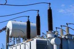 Isoladores e transformadores na subestação elétrica Imagem de Stock Royalty Free